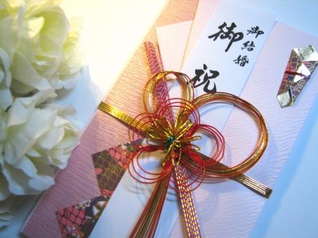 bd683e3f7b502 これは当たり前のことではありますが、結婚式の二次会の会費は会場に入る時に先ず、受付で渡します。 新郎新婦には直接、渡さないのが鉄則です。